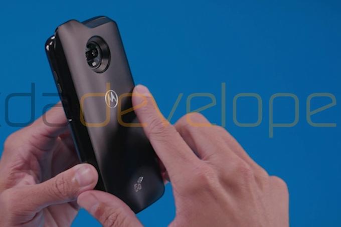 Op 6 juni zal Motorola de nieuwe Moto Z3 Play introduceren in Brazilië. Er zijn nu ook beelden verschenen van de 5G Moto Mod in combinatie met deze nieuwe smartphone. Al eerder was er sprake van de komst van deze accessoire en nu lijkt hij dan toch ook echt te komen.