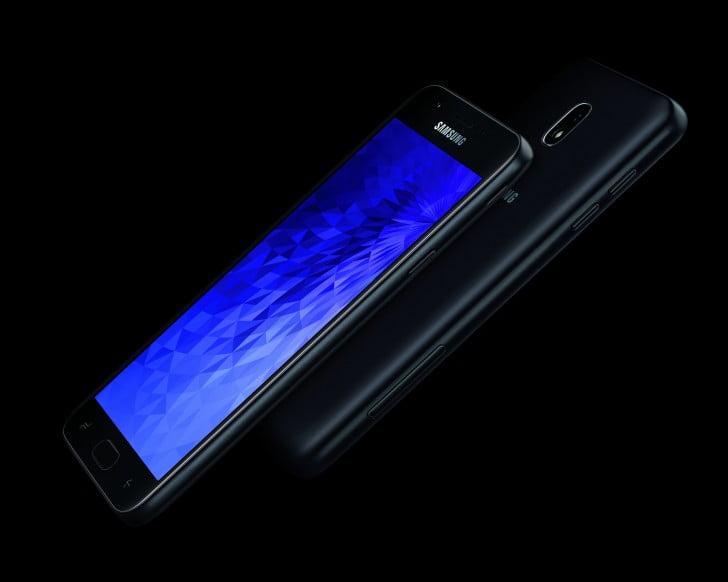 De Galaxy J3 (2018) en galaxy J7 (2018) zijn vandaag door Samsung gelanceerd. Opmerkelijk genoeg is Samsung niet erg scheutig met de informatie over deze nieuwe modellen. Zo heeft Samsung deze technische informatie niet vrijgegeven en moeten wij het enkel met wat magere informatie doen. Op basis van de persfoto's kunnen wij in ieder geval wel opmerken dat aan het ontwerp weinig is gewijzigd.