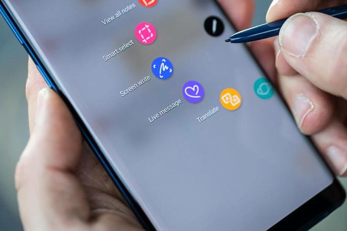 De Galaxy Note 9 wordt uiteraard ook met de befaamde S-Pen geleverd. Toch kampt de Galaxy Note 9 met een vertraging in de introductie en het kan goed zijn dat dit door de S-Pen komt. Volgens bronnen is het echter wel het wachten waard. De S-Pen krijgt waarschijnlijk wat functionaliteiten er bij om de styluspen meer een centrale rol te laten spelen.