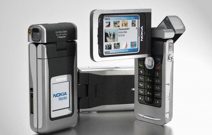 Wij duiken weer eens in de historie en wij hebben ditmaal gekozen voor de cameratelefoon. Tot 2002 was een camera op de mobiele telefoon nog afwezig. De eerste fabrikanten kwamen in 2002 op hun eigen wijze op de markt. De opkomst van de camera in de mobiele telefoon was hierna losgebarsten. Toch zijn er enkele telefoons / smartphones die er uit springen. Het zijn juist deze modellen die voor een doorbraak hebben gezorgd of voor een wijziging op de telefoonmarkt. Wij nemen jullie graag mee in de meest opmerkelijke cameratelefoons vanaf 2002 tot heden.