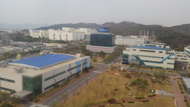 Het gaat al tijden goed met Samsung en met de opening van de grootste fabriek van smartphones bevestigd dit alles nog eens. Met de opening van deze fabriek hoopt de fabrikant zijn eigen doelstellingen te kunnen behalen in de aankomende vijf jaar. Samsung heeft grotse plannen en hiervoor is dus ook serieuze uitbreiding nodig op de bestaande capaciteit. De opening van de fabriek in India is een onderdeel van deze expansie.