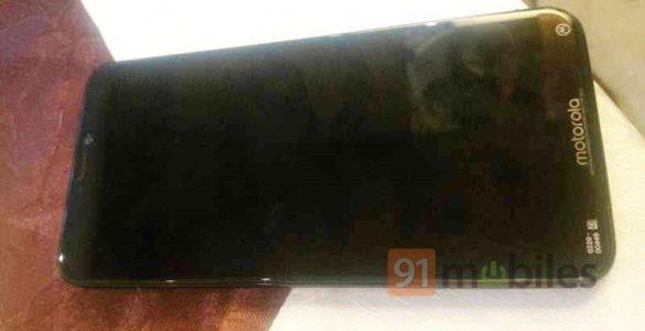 Recentelijk hebben wij al bericht over het bestaan van nog een derde nieuwe Motorola smartphone. Vermoedelijk gaat deze onder de naam Motorola One door het leven en heeft slechts enkele kleine wijzigingen. Vandaag is er een foto verschenen van een Motorola die wij op dit moment nog niet helemaal kunnen plaatsen.
