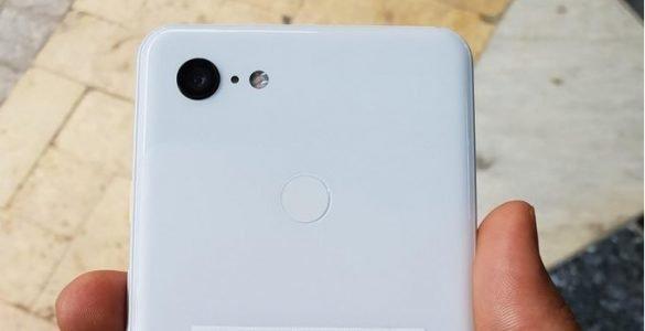 Al eerder zijn er foto's gelekt van de zwarte Pixel 3 XL en nu is er ook een foto verschenen van een witte variant. Enkel de achterzijde lijkt in het wit gehuld te zijn aangezien de voorzijde nog steeds in het zwart uitgeleverd zal gaan worden. op de foto's zijn verder geen afwijkende zaken terug te vinden en lijken eerdere berichten vooralsnog te kloppen rondom de nieuwe Pixel 3 XL.