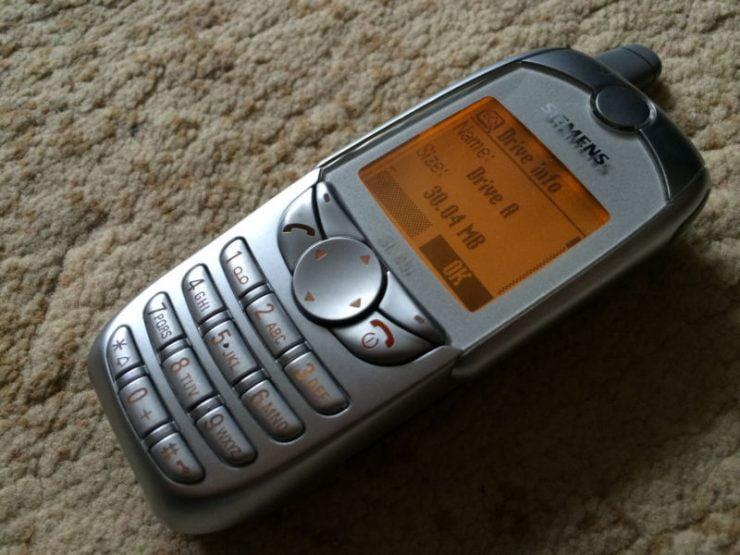 In de beginjaren van de mobiele telefonie was het merk Siemens niet weg te denken uit het straatbeeld. Wie kent bijvoorbeeld nog de felgele Siemens M45? Het is slechts een voorbeeld van een mobiele telefoon die destijds goed verkocht, maar inmiddels is het merk niet meer actief met smartphones. Toch heeft de fabrikant veel goeds gebracht en wij nemen jullie graag mee in deze historie.