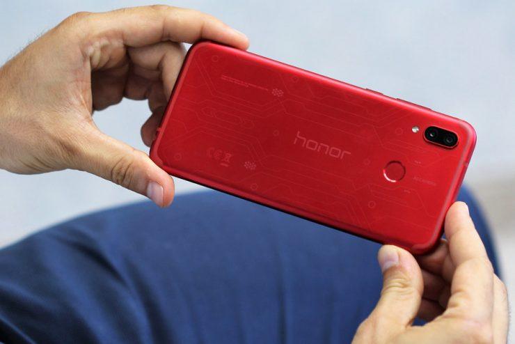 Gaming is helemaal hot en daarom komt de Honor Play nu ook naar Nederland. Tijdens een persconferentie werd de smartphone officieel gepresenteerd. De nieuwe Play legt de focus puur en alleen op gaming. Door gebruik te maken van technieken uit de stallen van Huawei kan de fabrikant goedkope smartphones aanbieden met behoorlijk goede specificaties. De nieuwe Honor Play is hier een goed voorbeeld van.
