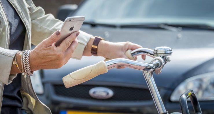 Vanaf 2002 is het voor automobilisten al verboden om de smartphone in de hand te houden. Destijds werd de wet enkel voor deze groep ingevoerd, maar vanaf 1 juli 2019 zullen ook fietsers beboet worden op het gebruik van de smartphone. Hiermee komt een einde aan een lange discussie over deze groep verkeersdeelnemers. Wat de hoogte van de boete zal bedragen is helaas nog niet bekend