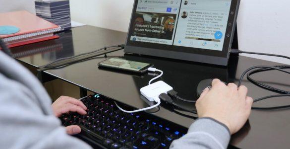 Smartphones worden steeds geavanceerder en de kloksnelheden en het werkgeheugen komen nu aardig overeen met dat van normale desktop computers. Er zijn dan ook slimme handigheden om de smartphone ook als desktop in huis te gebruiken. Dit verhoogt nog eens het gemak en kun je wellicht ook afscheid nemen van een enorme kast. Wat je nog enkel nodig hebt is een monitor, toetsenbord en muis. De rest volgt dan vanzelf.