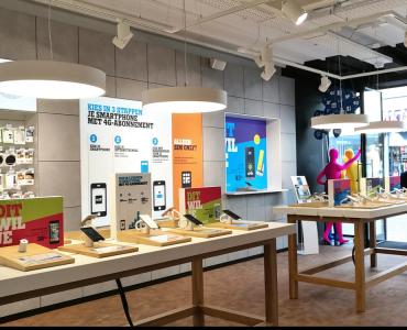 De fusie van T-Mobile en Tele2 krijgt langzaam aan zijn vorm. Wat T-Mobile nu exact met Tele2 wil gaan doen is tot op heden nog niet helemaal duidelijk. Inmiddels is het wel duidelijk geworden dat de fysieke winkels van Tele2 gesloten zullen gaan worden. De eerste winkel, in Alkmaar, is al gesloten sinds 1 april.