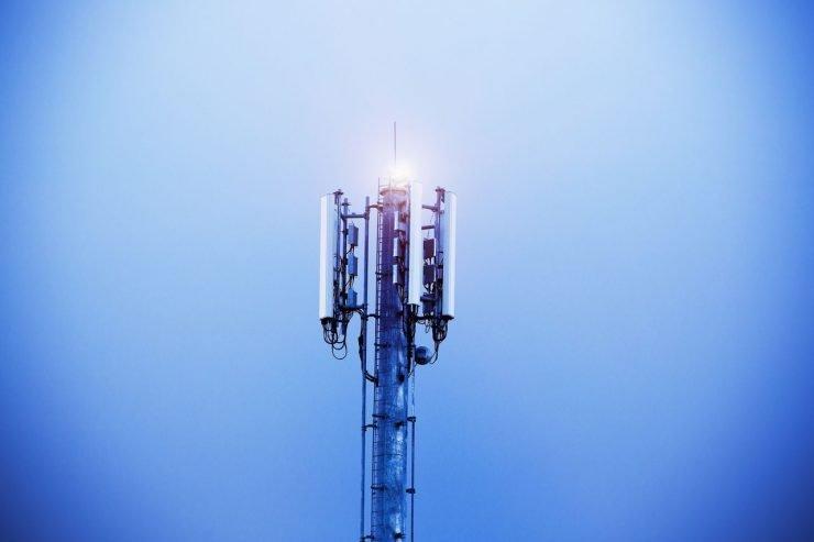 In de aankomende frequentieveiling zijn er aanvullende voorwaarden gesteld waaraan een provider gehoor moet geven om in aanmerking te komen voor een frequentie. Zo moet de snelheid van mobiel internet op minimaal 8 Mbit/s zitten en moet de dekking in Nederlandse gemeente minimaal 98% zijn. De veiling gaat binnen nu en een jaar plaatsvinden