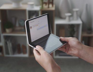Microsoft komt eind volgend jaar met de Surface Duo, een opvouwbare Android-smartphone met twee schermen. Dit onthulden ze gisteren tijdens het eigen Surface event, waar aanwezigen zich konden vergapen aan een prototype van het toestel. Een deel van de aankondigingen lekte eerder al uit, maar dit kwam stiekem toch wel als een verrassing.